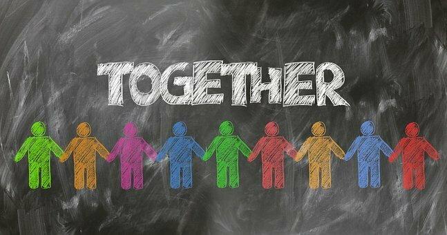 Bild zeigt eine Tafel mit der Aufschrift Together; Quelle: Pixabay