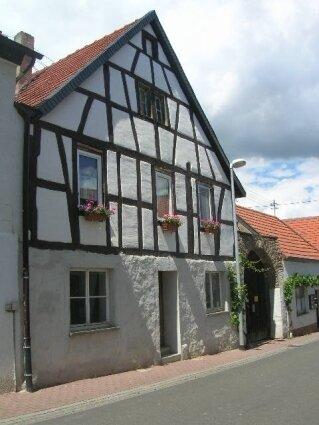 Eines von vielen ortsbildprägenden Gebäuden in Hüffelsheim