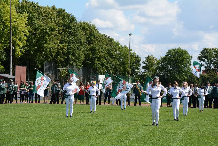 Erfolgreiche Fahnenschlägerinnen aus Laer zeigen ihre Choreographie zum besten. (Quelle: Vereinigte Laer)