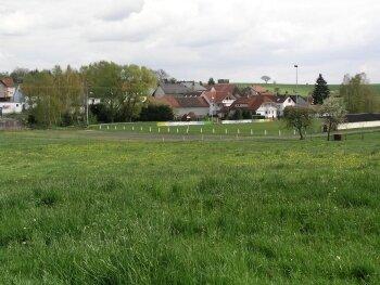 Der Festplatz in Obersotzbach soll umgestaltet und stärker mit Bäumen umgeben werden.