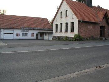 Die alte Schule in Obersotzbach - hier soll saniert und evtl. umgenutzt werden.