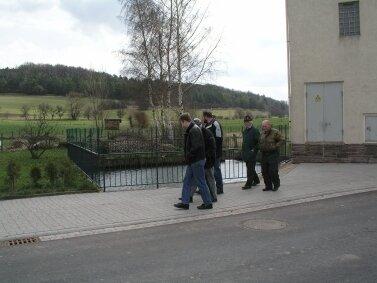 Der Löschteich soll besser in das Ortsbild eingebunden werden, z.B. durch ein anderes Geländer und Bepflanzung im Umfeld