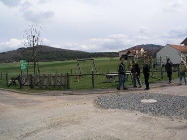 Der Spielplatz soll umgestaltet bzw. verlagert werden, dabei ist auf eine Beschattung zu achten