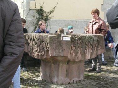 Der Vierjahreszeitenbrunnen hat an der Kirche nicht den optimalen Standort und könnte in die Nähe des DGH verlagert werden.