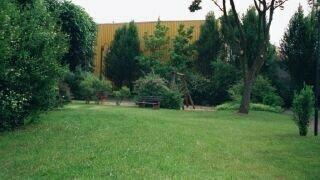 Die Turnhalle soll umgebaut und die Verbindung Schulhof / Park umgestaltet werden