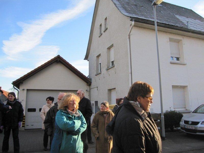 Die Begehung in Mönstadt, hier am Kindergarten