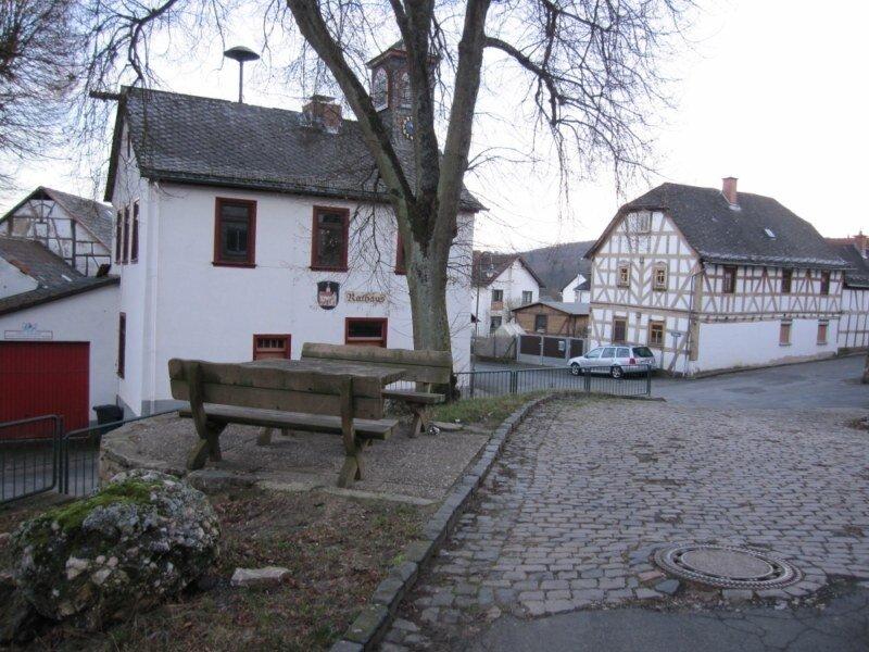 Im Rathausumfeld sind gestalterische Maßnahmen zur Wohnumfeldverbesserung erforderlich