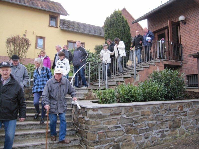 Bei der Begehung in Naunstadt wurde der nicht seniorenfreundliche Zugang zum DGH kritisiert