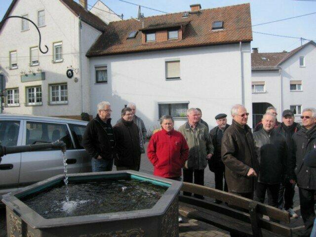 Ortsbegehung, Diskussionen zur Gestaltung an den Brunnen