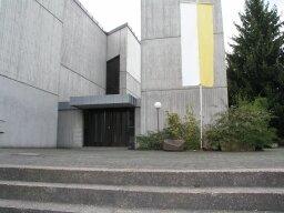 An der Kirche soll die Fassade begrünt und das Beet neu gestaltet werden