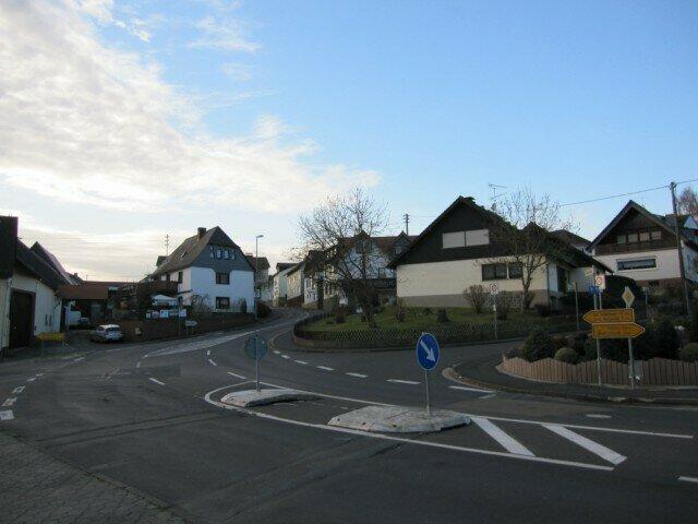 Der Kreuzungsbereich soll im Zuge des Strassenausbaus neu gestaltet werden, so dass er allen Verkehrsteilnehmern gerecht wird
