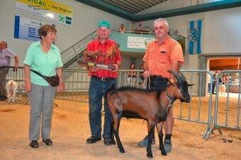 Übergabe des Wanderehrenpreises für den besten Milchziegenbock an Konrad Knörr durch Frau von Sommerfeld