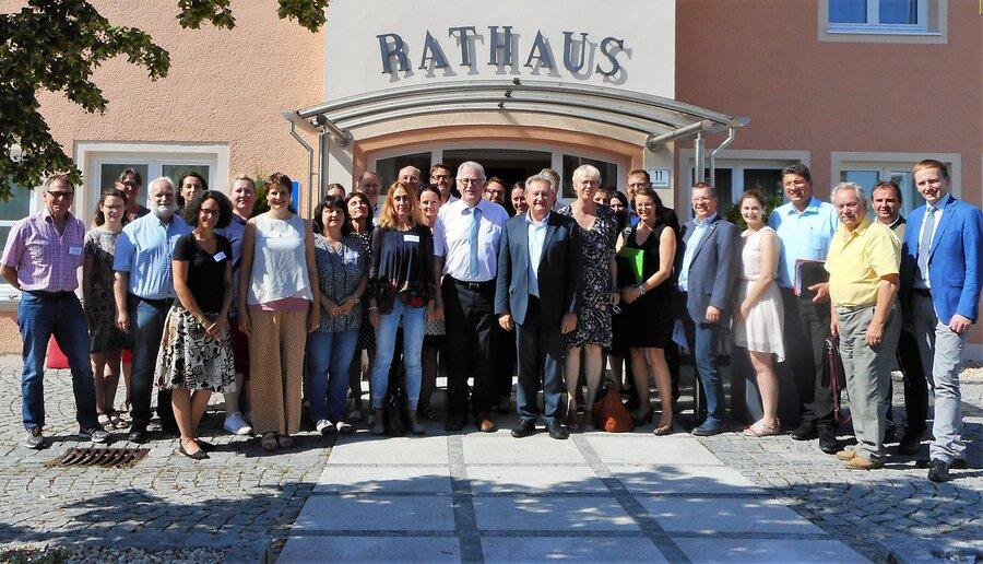 Die Mitglieder des Regionalen Gesundheitsforums mit Landrat Franz Meyer und Franziska Solger-Heinz von der Geschäftsstelle der Gesundheitsregion plus Passauer Land.