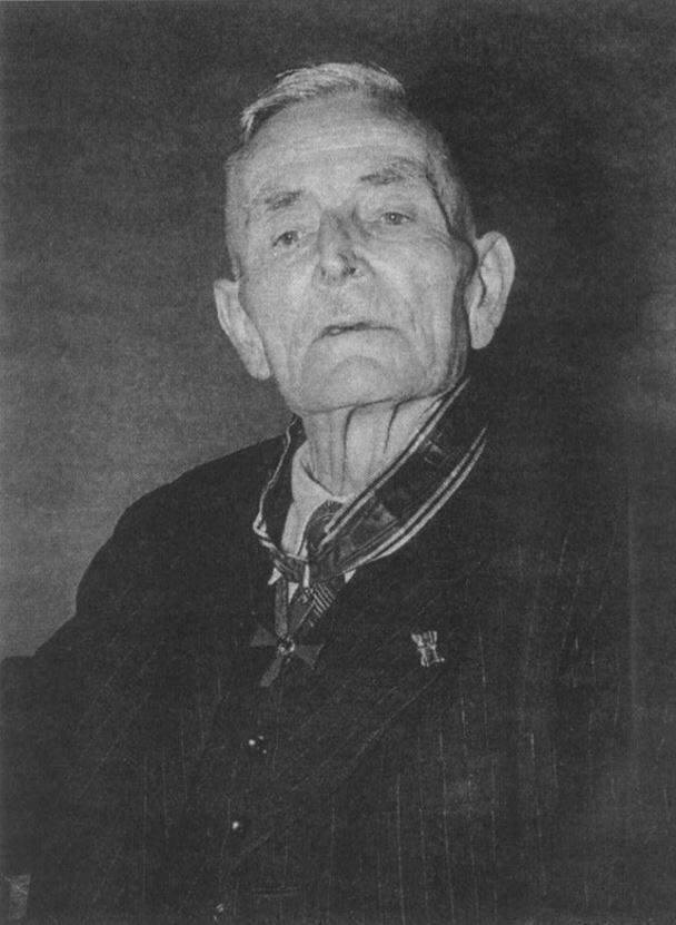 Anton Lux nach der Ordensverleihung Ende 1952
