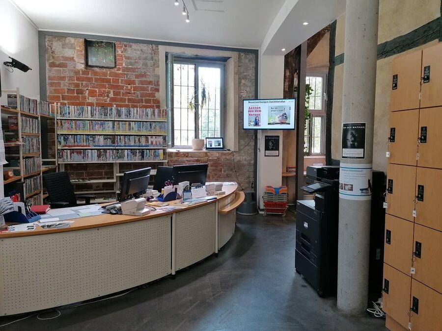 Eingangsbereich der Stadtbibliothek: Ausleihe und Rückgabe