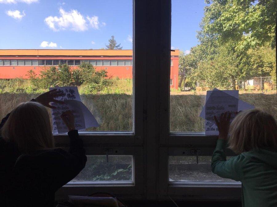 Kunstunterricht mit Blick auf den Schulhof