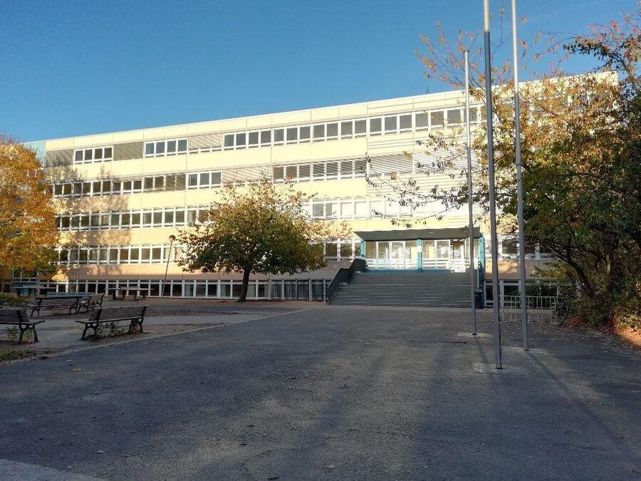 Schulgebäude mit einem Teil des Außengeländes