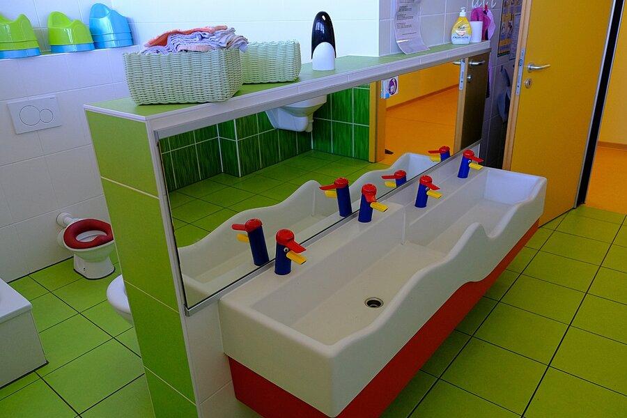 Waschplätze und Toiletten auf kindgerechter Höhe