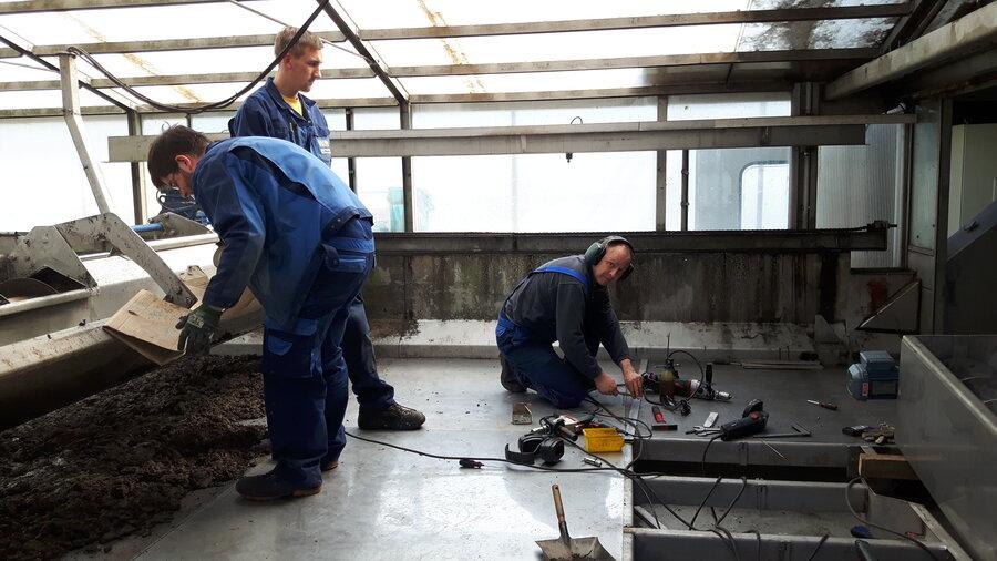 Arbeiter der Firma Kraus Umwelttechnik bei der Arbeit