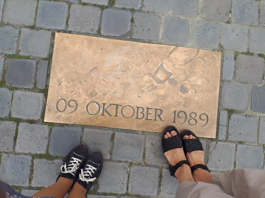 Recherche vor Ort in Leipzig - Die Gedenktafel in der Nähe der Nikolaikirche erinnert an den Tag, an dem die Demonstration mit 70 000 Menschen friedlich durch die Stadt und an der Bezirksverwaltung der Staatssicherheit vorbeigezogen ist.