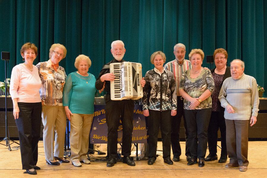 Frau Schnatterbeck (3.v.l.) mit ihrem Team und dem langjährigen musikalischen Begleiter Schmidtchen Schleicher.