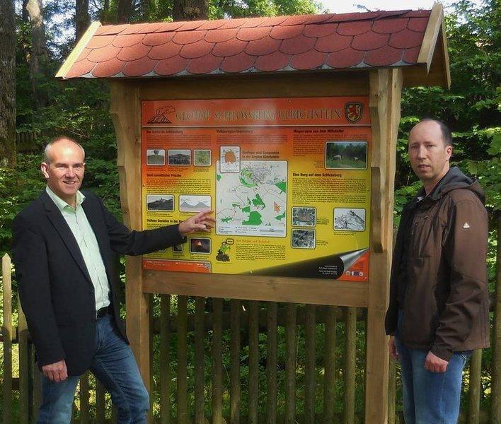 "Bürgermeister Edwin Schneider mit dem Tourismussachbearbeiter Andreas Rüb an der Infotafel am Geotop ""Schlossberg-Schlot"""