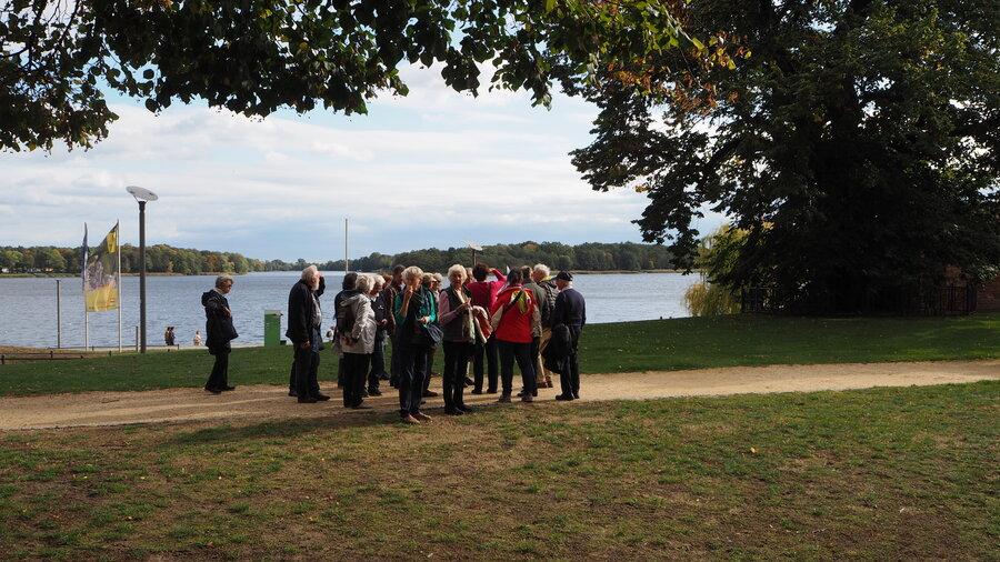 Stadtführung in Neuruppin, 700jährige Wichmann-Linde vor dem Neuruppiner See