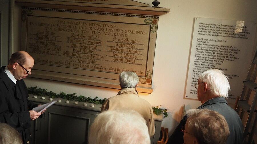 Die Tafel der Kriegstoten im eingang der Paretzer Dorfkirche (Foto: S. Weber)