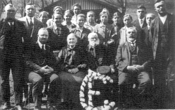Mitglieder der Landeskirchlichen Gemeinschaft Asbach im Jahre 1932. Bildmitte das Ehepaar Krause, die Erbauer und Stifter des Hauses der Gemeinschaft.
