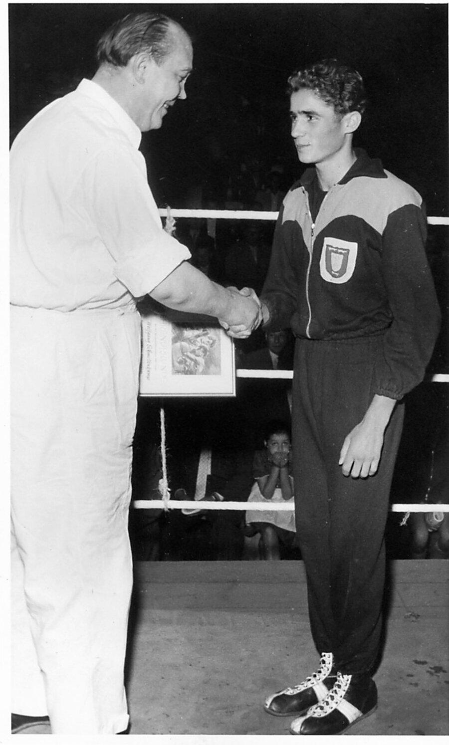 Wolfgang Schmellenkamp nimmt die Gratulation von Kampfrichterobmann Franz Rößmann entgegen.