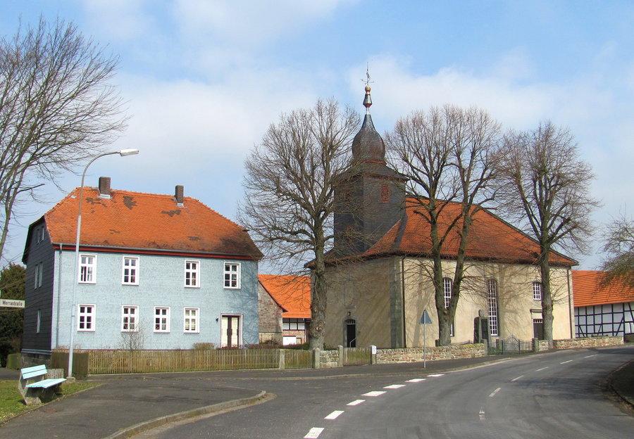 links das alte Pfarrhaus, rechts die Kilianskirche