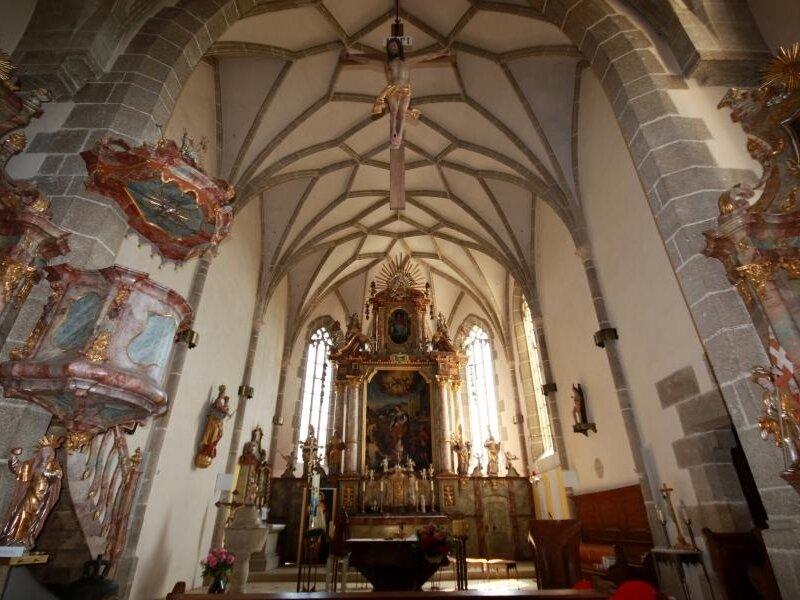 Kircheninnenraum mit Hauptaltar