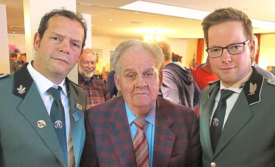 Neuer 1. Vorsitzender Lars Bücker (r.) und sein Stellvertreter David Potthoff (l.) gratulieren Josef Rickmann (m.) zur 60-jährigen Vereinszugehörigkeit. Quelle: Dieter Klein