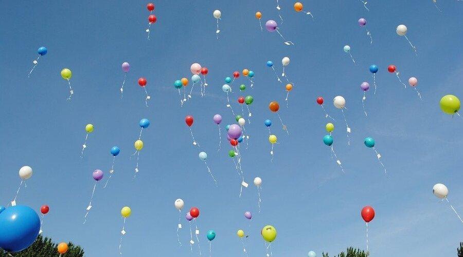 Bild zeigt bunte Luftballons in den Himmel steigen, Foto: pixabay