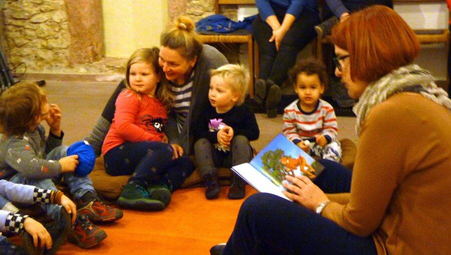 Bild zeigt Vorlesepatin mit Kindern am Vorlesetag 2019, Foto: Maintal Aktiv - Freiwilligenagentur