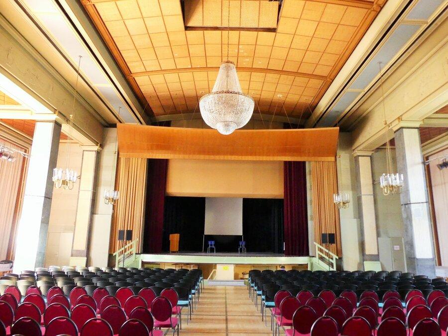 Blick_in_den_Gro_en_Saal_des_Kulturhauses_R_dersdorf