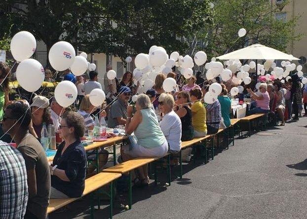 """Bild zeigt die lange Tafel der Veranstaltung """"Bischofheim is(s)t bunt! 2018, Foto: Maintal Aktiv - Freiwilligenagentur"""