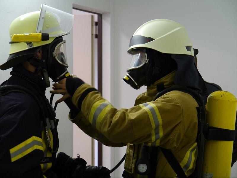 Feuerwehrmänner mit Atemschutz