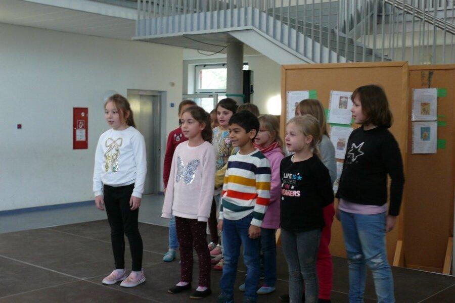 """Klasse 2 trägt das Gedicht """"Der Herbst steht auf der Leiter"""" vor"""