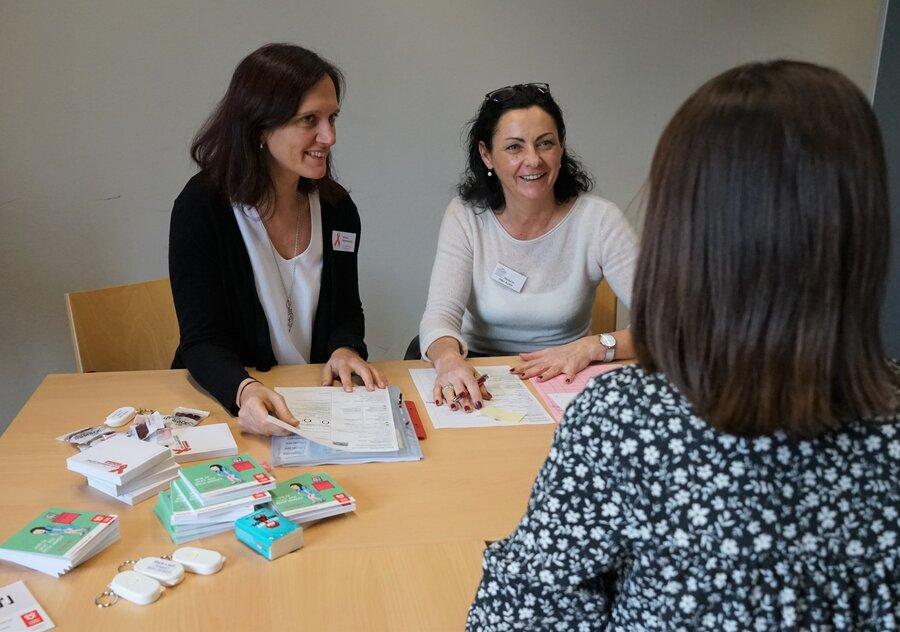 Beim HIV-Testtag hatten Studierende die Chance, sich kostenlos und anonym testen zu lassen. Unter anderem standen Michaela Öller-Kafrle vom Gesundheitsamt Passau (rechts) und Sabine Eggersdorfer, Leiterin der Aids-Beratungsstelle Niederbayern (links), den