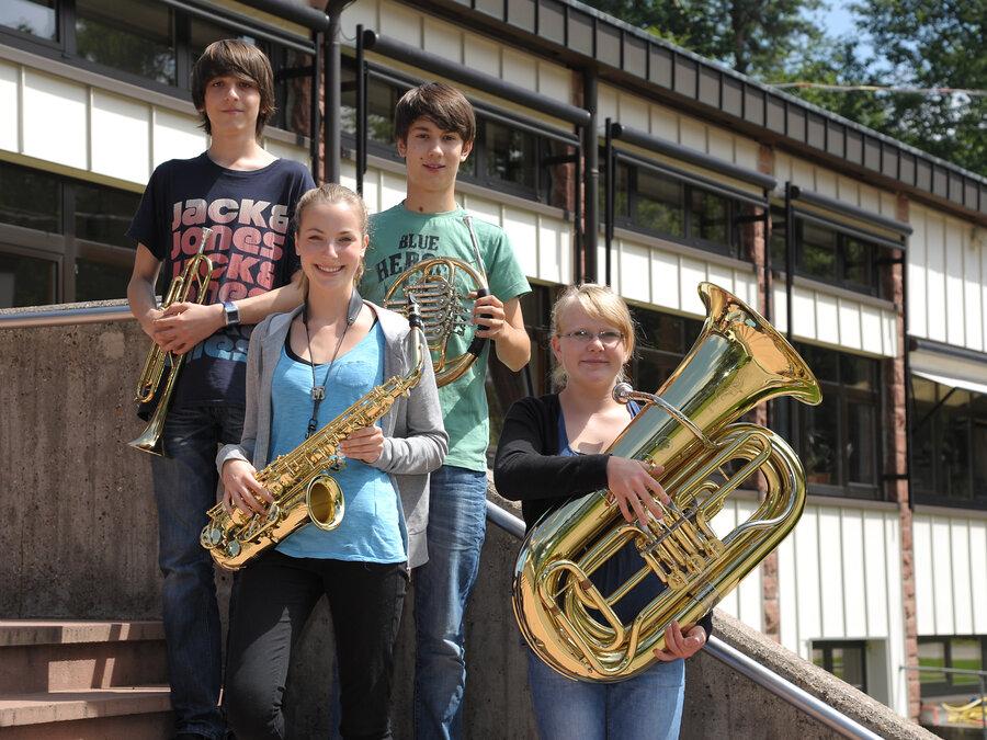 Menschen mit verschiedenen Instrumenten
