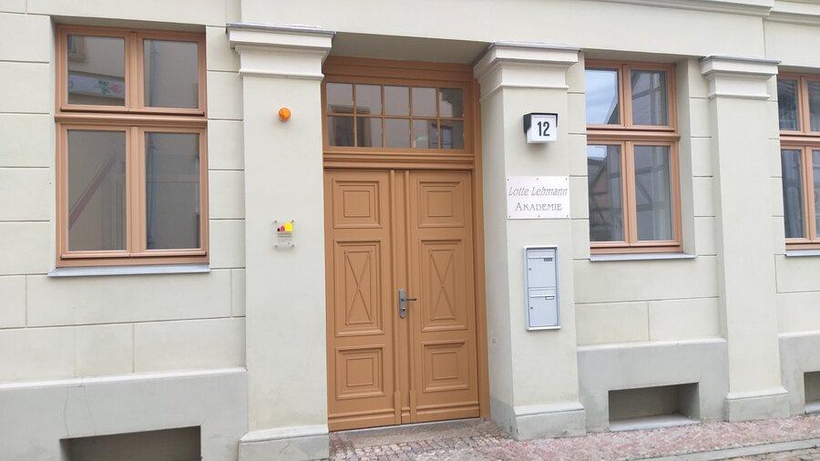 Foto: Stadt Perleberg | Eingang Gebäude Lotte Lehmann Akademie, Großer Markt 12, Perleberg