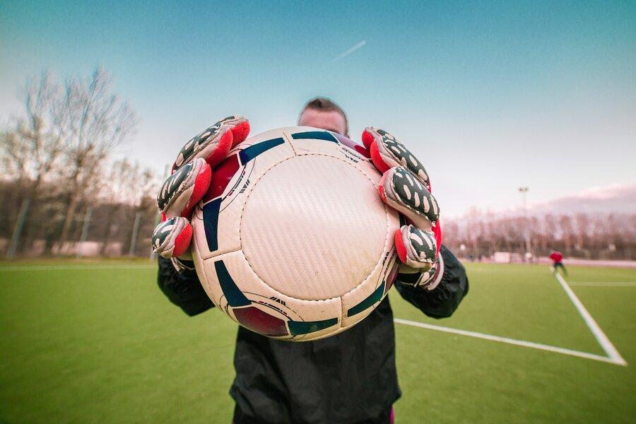 Bild zeigt einen Torwart mit Ball im Fokus, Foto: pixabay