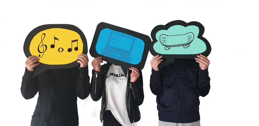 Bild zeigt Jugendliche, die sich verschiedene Motivschilder vor das Gesicht halten, Foto: pixabay