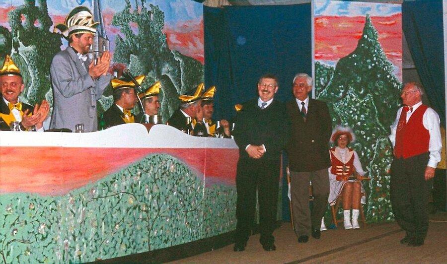 Norbert Surmund bedankt sich bei den Bühnenbauern Bernhard Grohs, Norbert Adamzek und Heinz Thier. Foto: Archiv Heimatverein