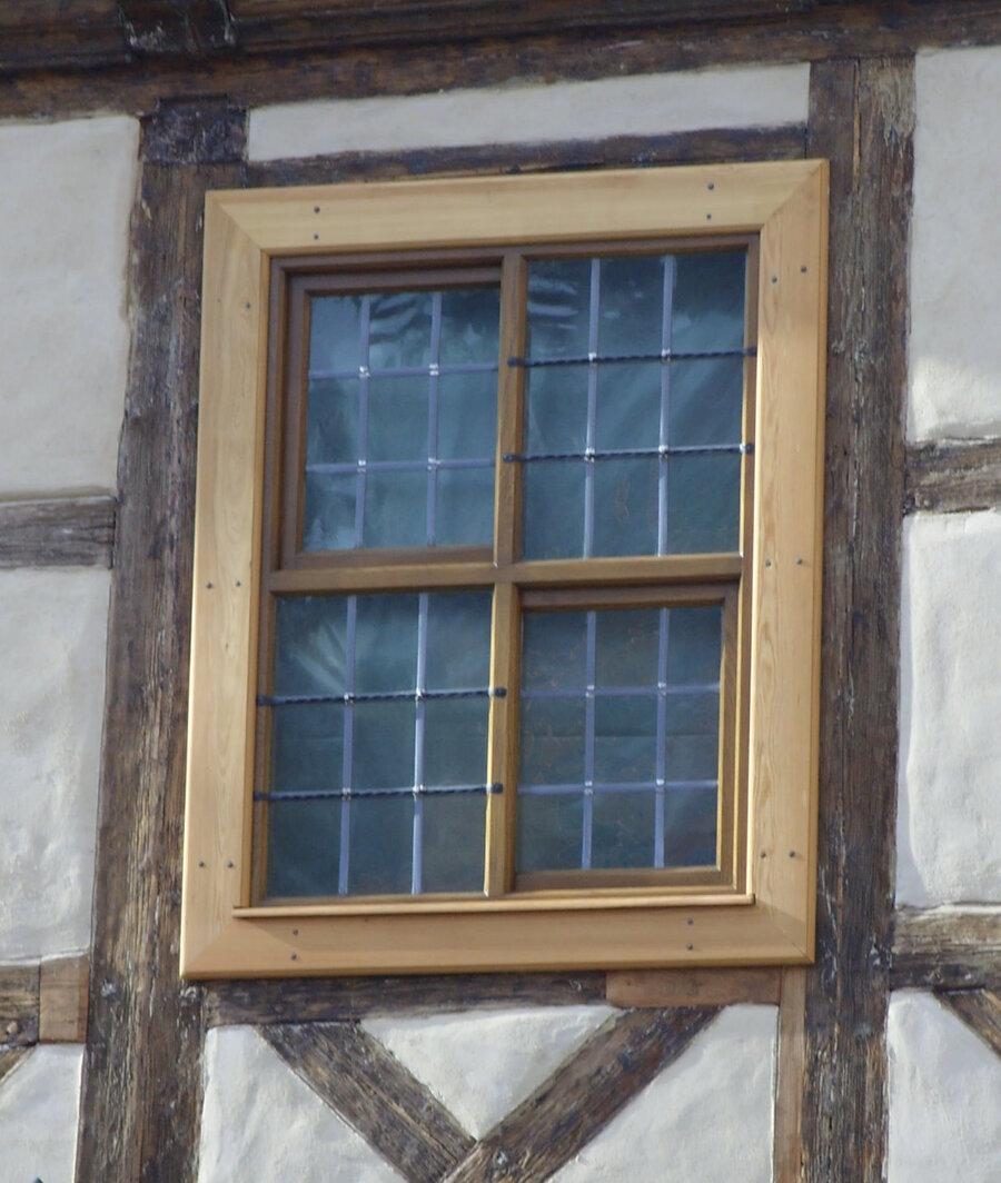 Kreuzstock-Schiebefenster mit Karnisblei-Verglasung