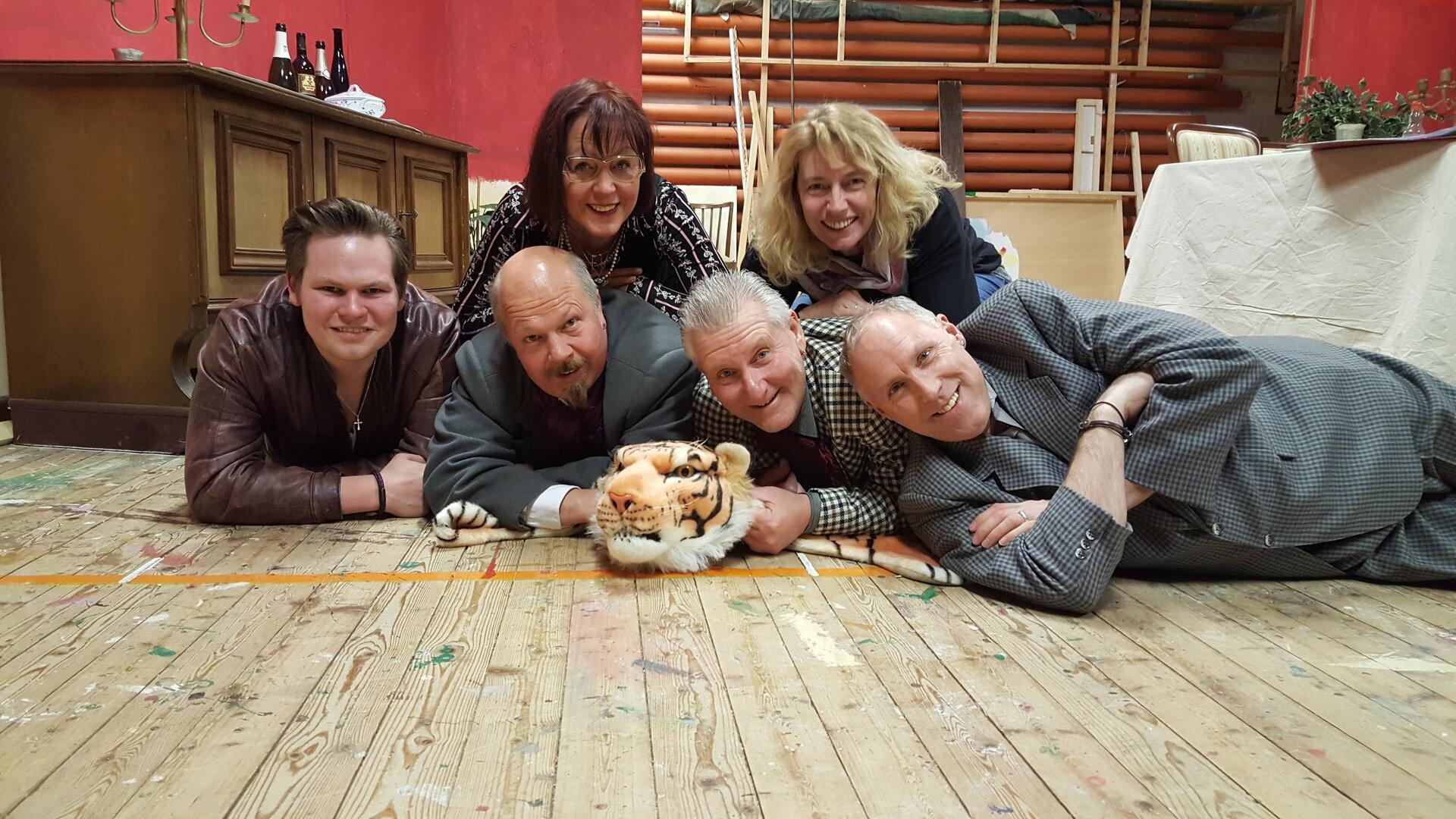 Gruppenbild mit Tiger (von links): Malte Tönjes, Dieter Hattermann, Heike Müller-Feldmann, Andree Uphoff, Regisseurin Teelke Budde und Hero Kruse. Fotos: Martens