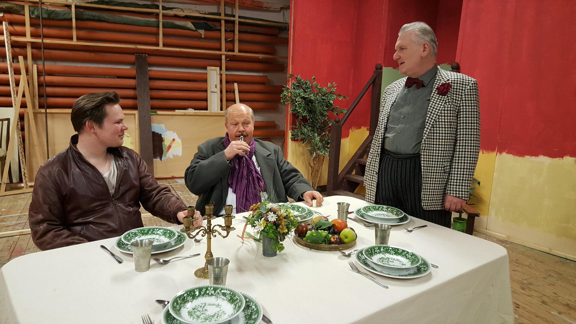"""Probe zu """"Der 90. Geburtstag"""". Henry King (Mitte) lässt das """"Mausen"""" nicht (von links): Malte Tönjes, Dieter Hattermann und Andree Uphoff."""