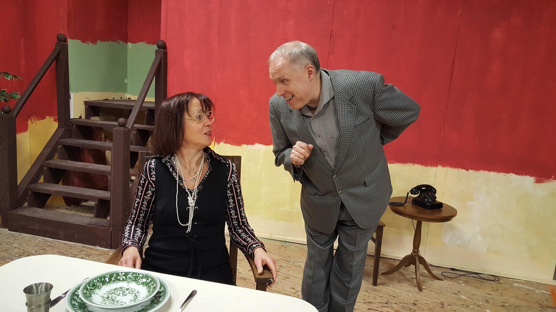 """Beginn zum """"90. Geburtstag"""" mit Heike Müller-Feldmann als Miss Sophie und Hero Kruse als Butler James."""