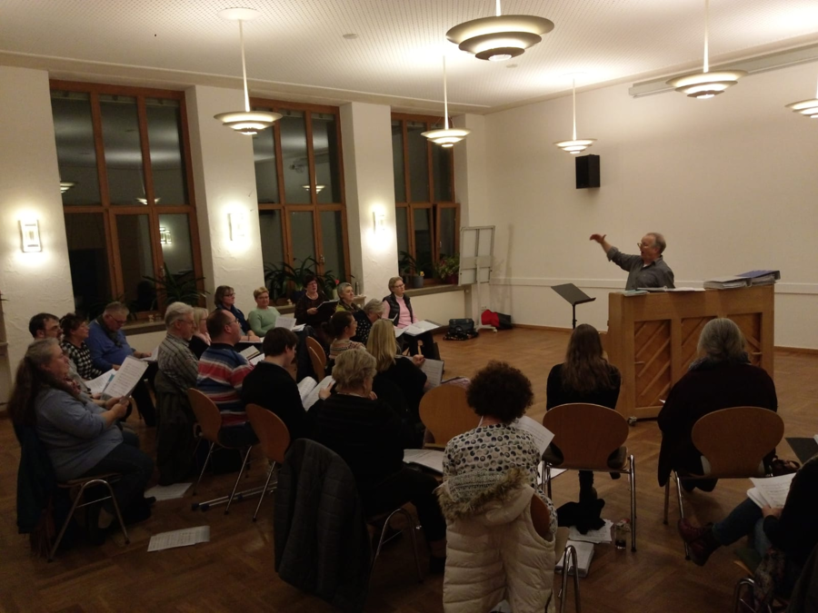 Chorleiter Wolfgang Blümel dirigiert den Chor aus Gästen und den erfahrenen Sängerinnen und Sängern